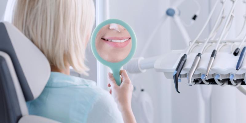 Prophylaxe für Erwachsene. Professionelle Zahnreinigung, Entfernung von Zahnstein beim Zahnarzt Dr. Thomas Wächter in Bozen, Südtirol.