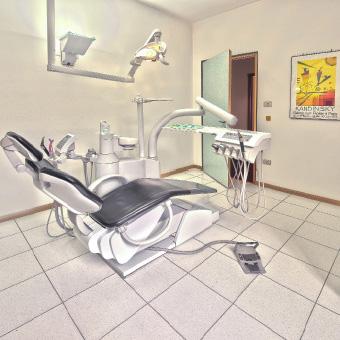 Behandlungszimmer von Dr. Thomas Wächter, Zahnarzt in Bozen: Coole Atmosphäre und bestens ausgestattet.