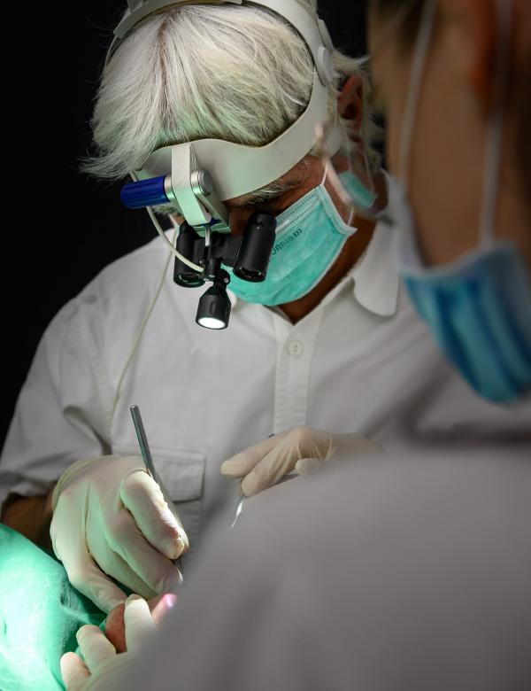 Dr. Thomas Wächter: Kompetenzen Zahnheilkunde, Analyse, Behandlung, Fortbildung. Zahnarzt bei der Arbeit, Südtirol